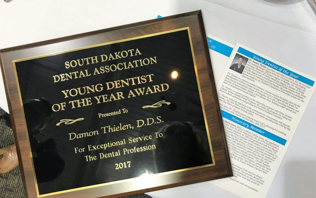 Dr. Damon Thielen receives award from SDDA